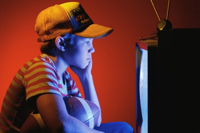 طقل يشاهد التلفزيون تأثير الوسيط
