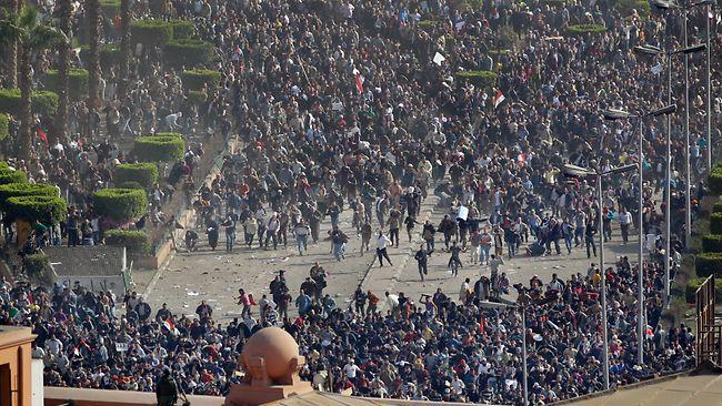 الجمهور يقابل الجمهور - صورة ملتقطة من موقعة الجمل في القاهرة, يناير 2011